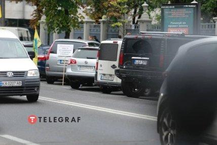 Авто на європейських номерах під Верховною Радою /