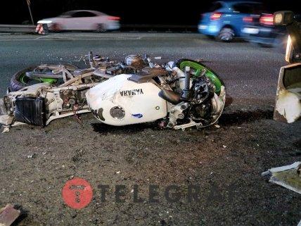 Мотоциклист на большой скорости врезался в фуру /