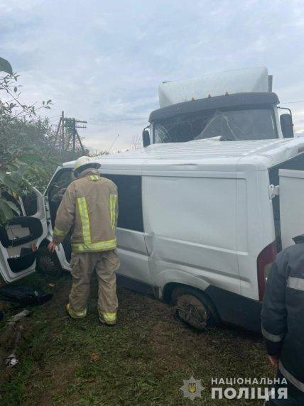 Рятувальники допомагають вибратися постраждалим в ДТП