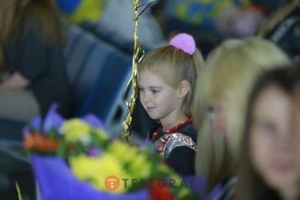 Маленькая девочка встречает паралимпийцев в аэропорту  Борисполь