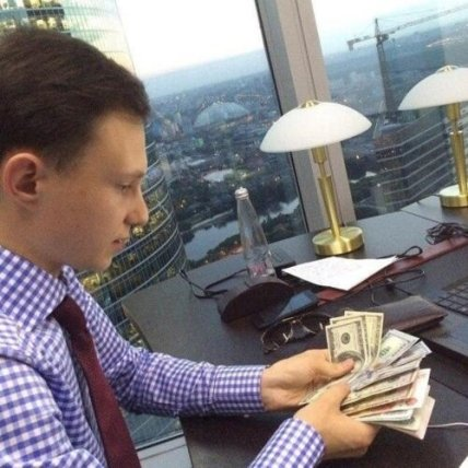 Артем Маслов пересчитывает деньги. Фото: medialeaks.ru