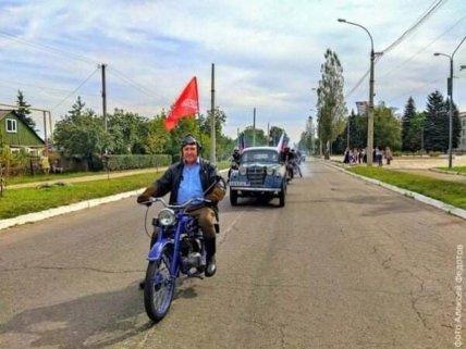 Люди отпраздновали день города с поднятыми флагами РФ