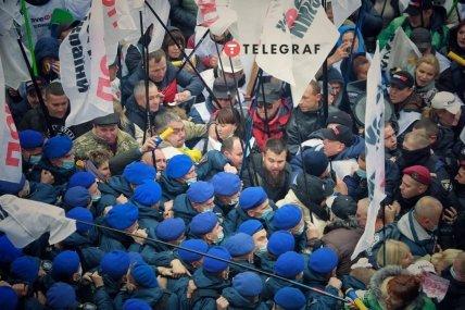 Силовики оттесняют протестующих от Верховной Рады