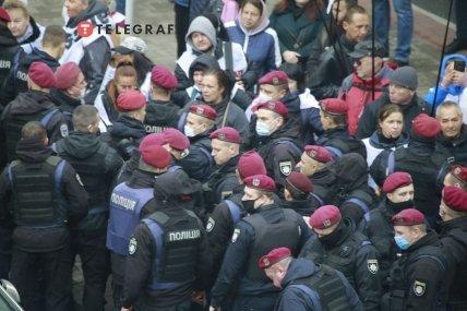 """Протестующих под Верховной Радой захватили в """"тиски"""" правоохранителей"""