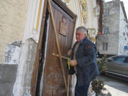 Один из владельцев здания Юрий Макаров показывает повреждения