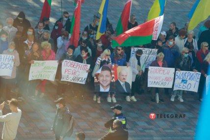 Митингующие держат украинские и белорусские флаги