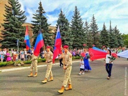 Жители несли флаги России и ДНР