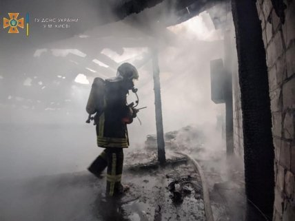 Пожарный обследует крышу здания