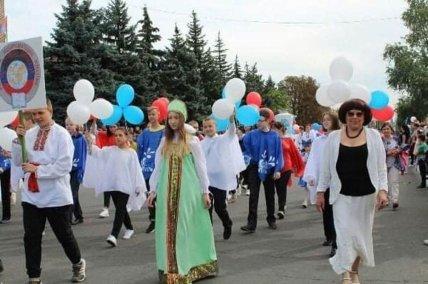Люди несли шарики цветов прарору России