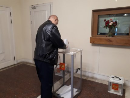 Илья Кива на избирательном участке №8298 в посольстве РФ