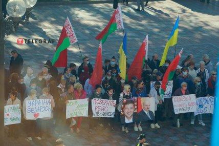 В руках у митингующих портреты Владимира Зеленского и Александра Лукашенко