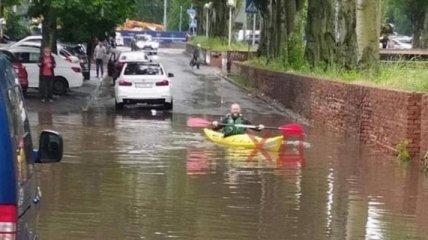Не только гидроциклы: украинцы начали плавать на байдарках по затопленным улицам (фото, видео)