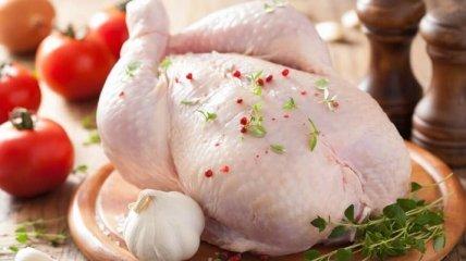 Куриное мясо светится в темноте: находка из супермаркета напугала украинку