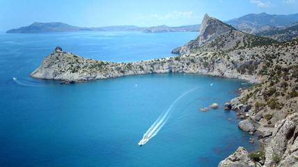 Крым привлекает туристов пейзажами и теплой погодой.