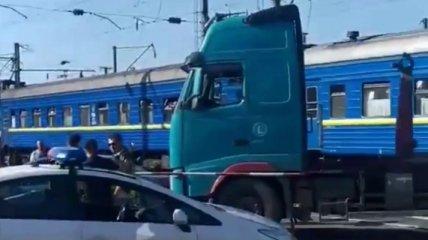 Авария с грузовиком блокировала движение авто и поездов в Одессе (карта и видео)