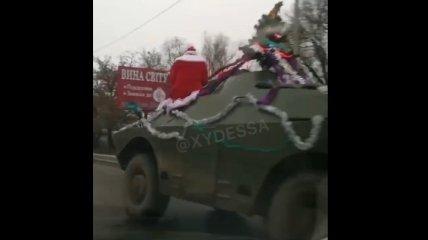 """В Одессе заметили странного """"Деда Мороза"""" на необычной """"колеснице"""" (видео)"""