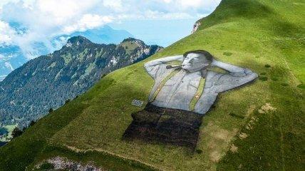 Нарисованный мужчина на склоне горы в Швейцарии (Фото)