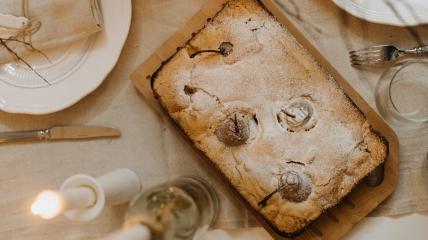 Грушевий пиріг з фініками