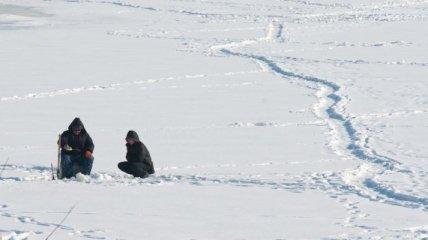 На Днепре спасли рыбака, который примерз ко льду