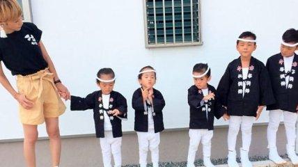 Трогательные снимки семьи, у которой растут девочки-тройняшки и мальчики-близнецы (Фото)