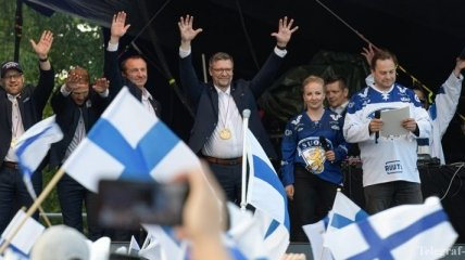 Финские ВВС сопроводили самолет с чемпионами мира по хоккею (Видео)