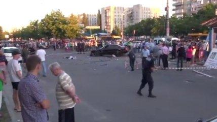 Автомобиль врезался в остановку и сбил людей (Видео)