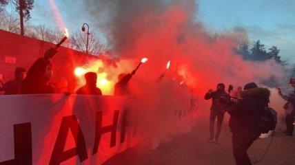 Жгут фаеры и дымовые шашки: сторонники Стерненко пришли к даче Зеленского (фото, видео)