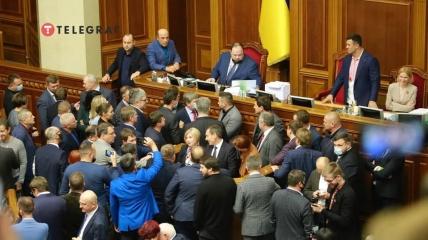 """Оппозиция блокирует трибуну Рады перед рассмотрением """"закона об олигархах"""""""