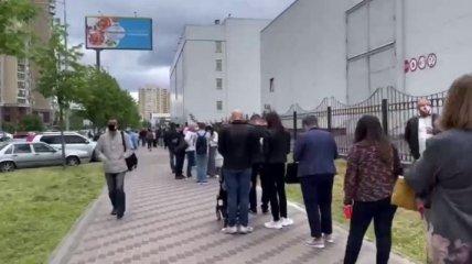 Вакцинация идет полным ходом: огромную очередь у МВЦ в Киеве сняли с воздуха на видео