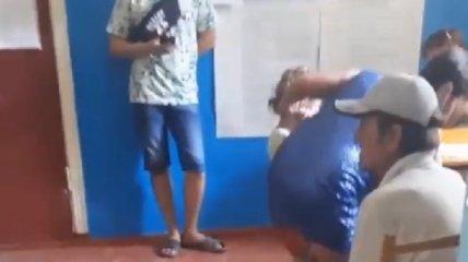 Мама кричала на дочку и таскала ее за ухо: очевидцы сняли видео, но в конфликт не вмешивались