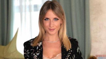 Леся Никитюк запостила фото в очень короткой мине юбке в дорогом отеле