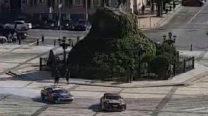 Разрешила полиция: в Киеве гонщики устроили дрифт на Софиевской площади (видео)