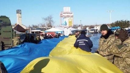 В Станице Луганской развернули 40-метровый флаг вблизи линии разграничения