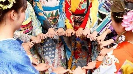 Аисты, подсолнух, статуя князя Владимира: В Японии в честь Олимпиады создали уникальное украинское кимоно (фото)