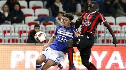 Во Франции футболист напал на четвертого арбитра (Видео)