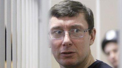 Луценко не хочет дарить власти удовольствие говорить с ним заочно