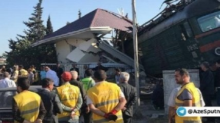 Под Баку поезд столкнулся с автобусом, есть погибший (фото)