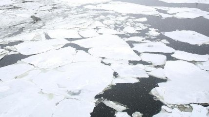 В Запорожье двое детей провалились под лед на Днепре: одного спасти не удалось, его ищут водолазы-спасатели