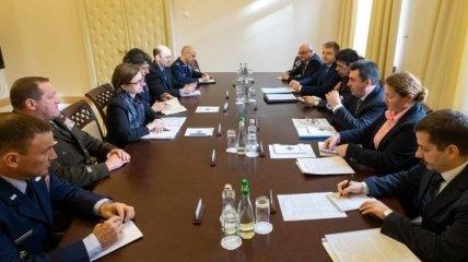 Зампомощника министра обороны США обсудила с главой СНБО ситуацию на Донбассе