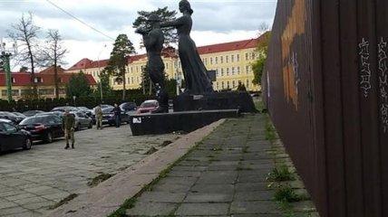 Варварство: россиян взбесил демонтаж Монумента славы во Львове