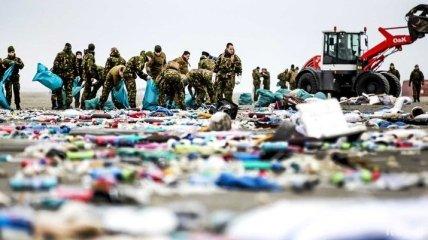 Нидерланды очищают побережье от товаров из смытых в море контейнеров (Видео)