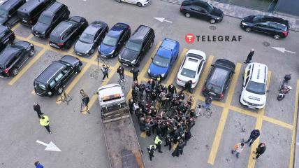 Машину Шефіра відвозять з парковки.