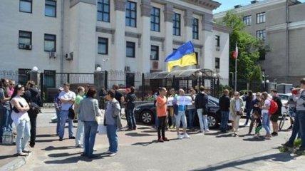 К посольству России в Киеве привезли шины