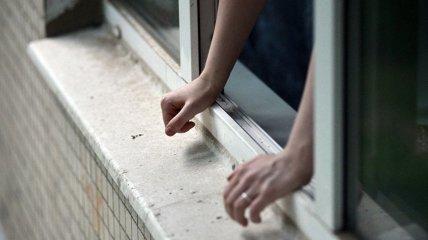 Одесситка с перерезанным горлом выпрыгнула из окна