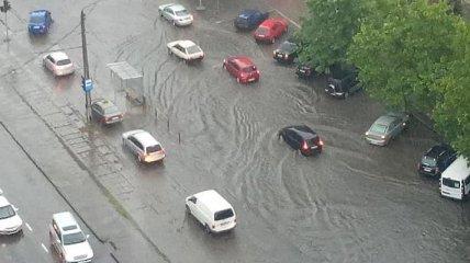 """В Одессе прошел сильный ливень: авто """"плавают"""" в воде (Фото, видео)"""