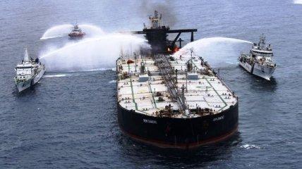 Возле берегов Шри-Ланки четвертый день тушат горящий танкер: погиб человек