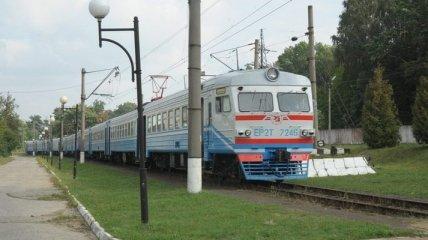 На Львовщине из поезда прямо на железнодорожные пути выпал парень: подробности