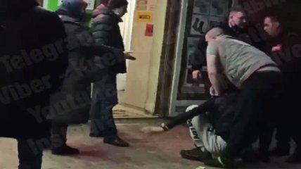 """""""Нах*ра нам полиция?"""": киевлянку возмутило """"жесткое"""" задержание воришки в Киеве (видео)"""
