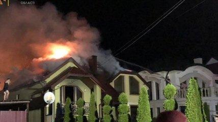 На Закарпатье элитный дом загорелся из-за удара молнии - фото пожара