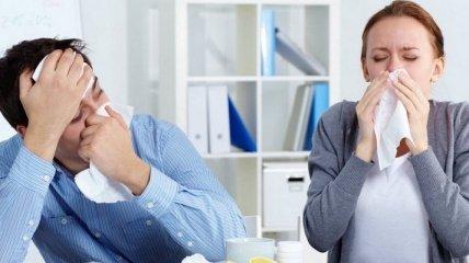 Новым симптомом коронавируса у привишихся людей стало чихание